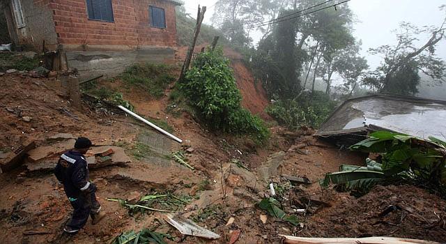 Un rescatista inspecciona el lunes 18 de marzo de 2013, la zona de un deslizamiento provocado por las fuertes lluvias que afectan Petrópolis, Río de Janeiro, Brasil.