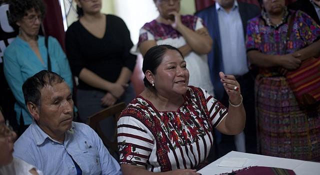 Anita Menchú, hermana de la premio Nobel de la Paz de 1992, Rigoberta Menchú, habla el lunes 18 de marzo de 2013, en una conferencia de prensa, junto a familiares de las víctimas mortales y desaparecidos durante la guerra.