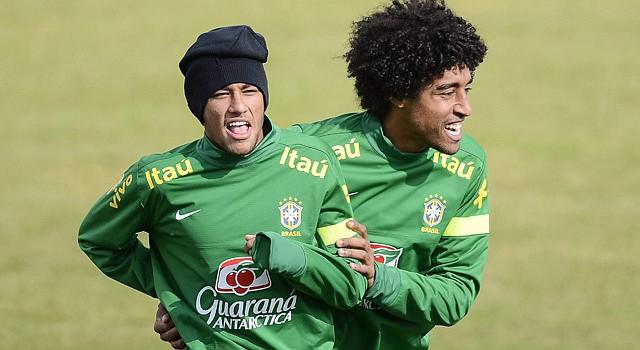 """Los internacionales brasileños Neymar da Silva Santos Júnior """"Neymar"""" (der.) y Dante Guimaraes Santos do Amaral """"Dante"""" participan en un entrenamiento de su selección en el estadio Colovray en Nyon, Suiza, el miércoles 20."""