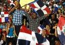 Aficionados observan la transmisión del partido por la final del Clásico Mundial de Béisbol entre República Dominicana y Puerto Rico en el estadio Quisqueya de la capital dominicana.