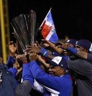 El equipo de República Dominicana celebra con el trofeo tras proclamarse como nuevos campeones del Clásico Mundial de Béisbol al vencer 3-0 a Puerto Rico en la final disputada en el AT&T Park, en San Francisco, California (EE.UU.).