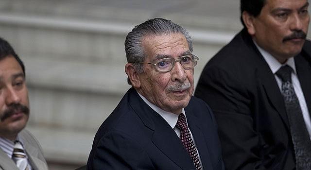 El general retirado José Efraín Ríos Montt asiste a la Corte Suprema de Guatemala el miércoles 20 de marzo de 2013, en Ciudad de Guatemala, durante el segundo día del histórico juicio por genocidio contra Montt de 86 años. Ríos Montt es procesado por la matanza de 1.771 indígenas ixiles a manos del Ejército durante el período que gobernó de facto este país, desde marzo de 1982 hasta agosto de 1983.