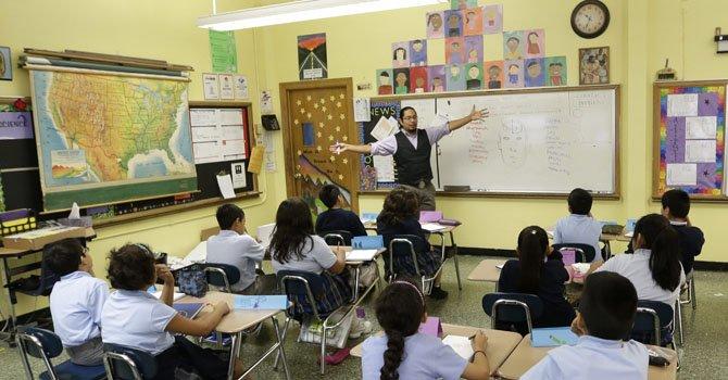 Maestros se arman para el regreso a clases en un distrito de Virginia