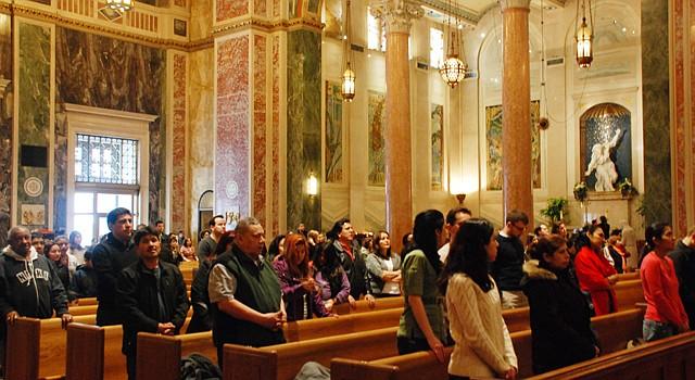 FELIGRESES. Participantes en la misa en español del domingo 17 en la Catedral San Mateo de Washington DC.