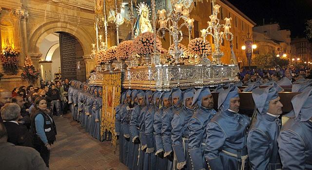 La imagen de la Virgen de los Dolores, a la que acompañan más de trescientas mujeres ataviadas con mantilla y peineta durante su recorrido procesional por las calles.