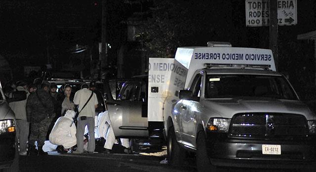 Personal del servicio forense mexicano realiza el levantamiento de cadáveres hallados en Uruapan.