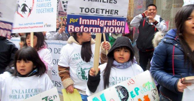 Niños marchan en Chicago contra la separación de familias