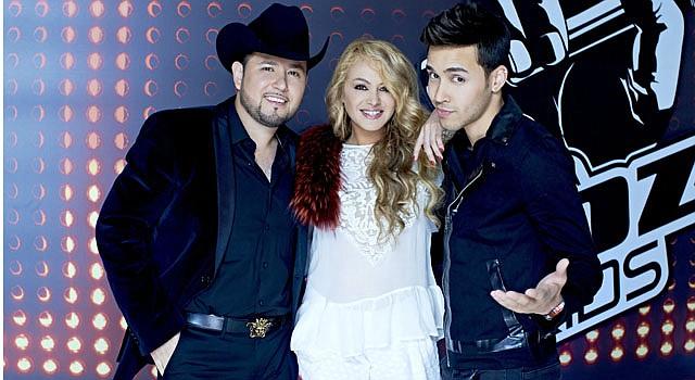 """Paulina Rubio (centro), Prince Royce (dcha) y Roberto Tapia (izda) en la grabación del programa """"La Voz Kids""""."""