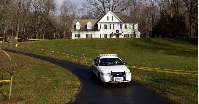 Hallan arsenal en casa de autor de masacre de Newtown