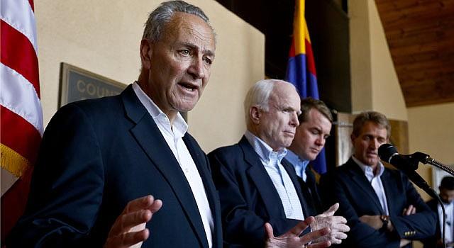 De izq. a der. el senador demócrata Chuck Schumer, (D-Nueva York), el senador John McCain, (R-Arizona); el senador Michael Bennett, (D-Colorado)., y el senador Jeff Flake, (R-Arizona) el 27 de marzo después que recorrieron la frontera de Arizona. Los senadores son parte de un grupo bipartidista que trabaja por una reforma migratoria integral.