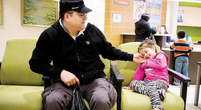 DILEMA. José Juan Zavala, con su niña Diana en una clínica de DC. Es legal porque tiene TPS pero éste no le permite pedir a su esposa indocumentada.