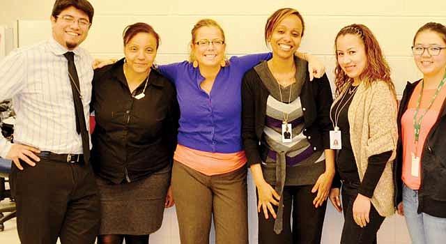 FELICES. Shanna Samson, administradora del programa FACE (de azul) y voluntarios celebran que no se cierre.