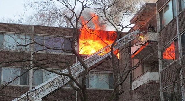 El fuego inició en un apartamento del sexto piso en el complejo Montomery Tower en Silver Spring.