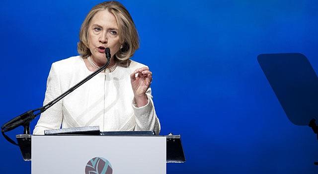 La ex secretaria de Estado Hillary Rodham Clinton habla durante la gala de los Premios de Liderazgo Mundial Voces Vitales, en el Kennedy Center de Washington, el martes 2 de abril.
