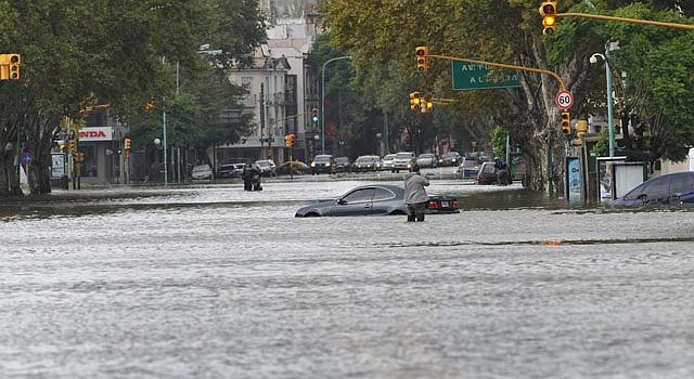 La avenida del Libertador es inundada por las fuertes lluvias hoy, martes 2 de abril de 2013, en el barrio Núñez de Buenos Aires, Argentina.