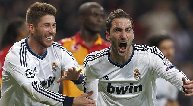 El argentino Gonzalo Higuaín (der.), festeja su gol, el tercero del Real Madrid ante el Galatasaray, con su compañero Sergio Ramos, el miércoles 3 de abril.