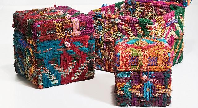 La técnica del macramé permite convertir unas simples cajas en preciosos baúles útiles y decorativos.
