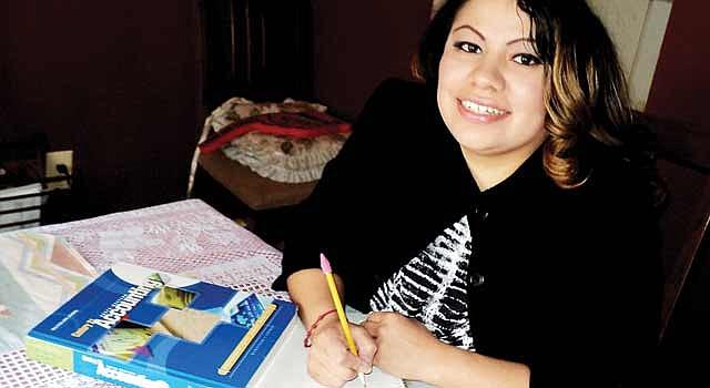 DECISIÓN. Kimberly Arriaga-Rivera en su casa de Herndon, en Virginia. Trabaja en la escuela Montessori de Reston y quiere abrir su propia institución.