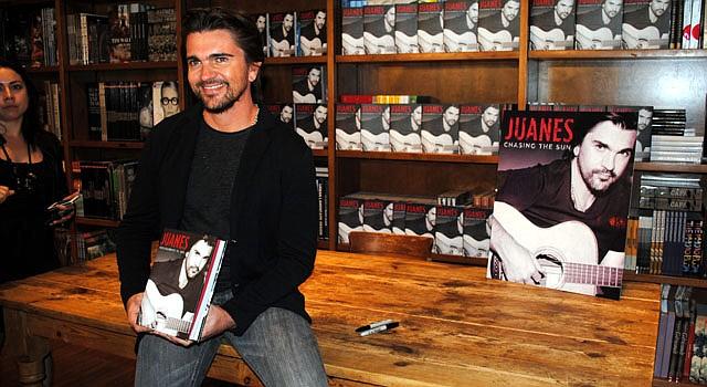 El cantante colombiano Juanes promociona su libro.