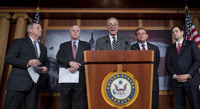 """Dick Durbin (izq.), John McCain, Chuck Schumer , Robert Menendez y Marco Rubio (d), del denominado """"Grupo de los ocho"""" anuncian en rueda de prensa el pasado 28 de enero en el Capitolio su plan para lograr una reforma migratoria."""