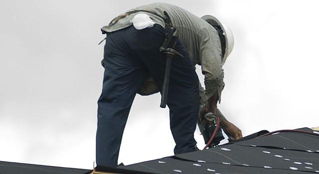 La revisión y reparación de los techos de las viviendas es una actividad prioritaria para el mantenimiento de los hogares en la primavera.