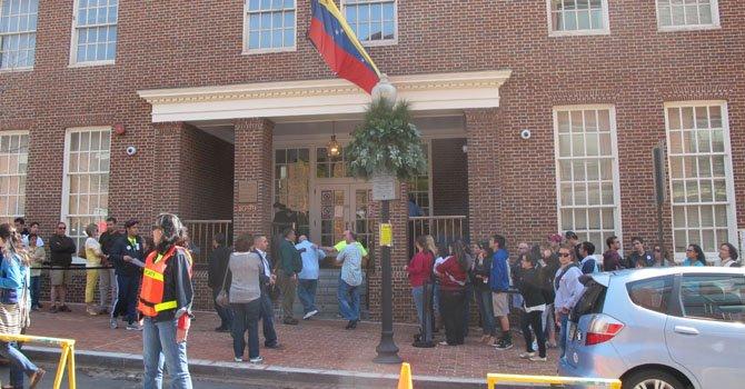 Electores esperan su turno para votar enfrente de la embajada de Venezuela en Washington, DC, el domingo 14 de abril.