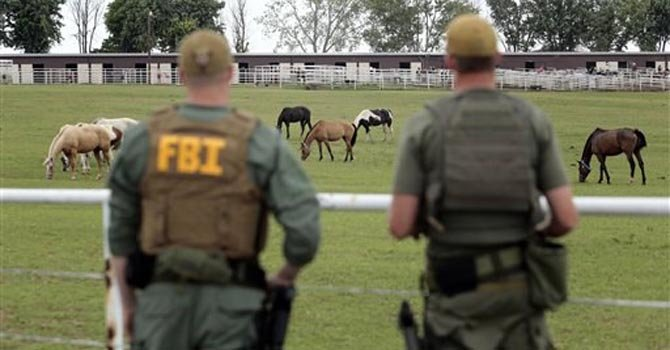 En esta foto del 12 de junio del 2012, agentes del FBI vigilan un rancho de cría de caballos de carrera investigado en Lexington, Oklahoma. Se cree que el cartel del narcotráfico de los Zetas, de México organizó en ese rancho una operación de compra de caballos de carrera como medio clandestino de lavar dinero malhabido en Estados Unidos, según la fiscalía
