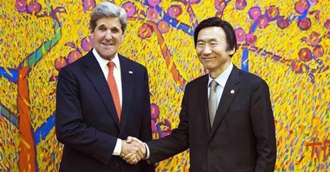 El secretario de Estado John Kerry y el ministro de Relaciones Exteriores de Corea del Sur, Yun Byung-se, posan para los fotógrafos antes de reuniones privadas en Seúl, el viernes 12 de abril de 2013.