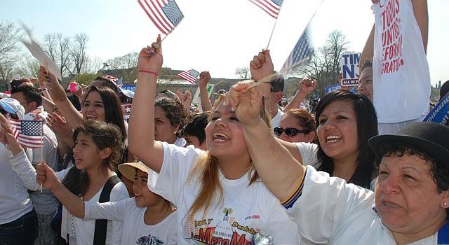 Personas participan en la marcha por la reforma migratoria el 10 de abril frente al Capitolio.
