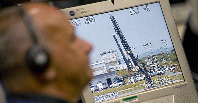 En esta foto de 2011, el científico Les Kovacs trabaja en el cohete Taurus II en el centro de la NASA en Virginia, Orbital Sciences Corp. ubicado en la isla Wallops. El miércoles 17 de abril se planea efectuar desde allí el primer lanzamiento de prueba del cohete Antares en el marco de un programa de la NASA en el que compañías privadas envían suministros a la estación espacial.