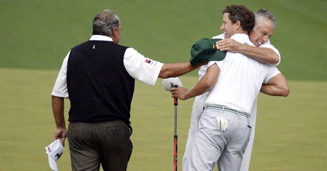 El australiano Adam Scott (izq.), cerebra con su ayudante Steve Williams (centro) el título del Torneo Masters de Augusta después de superar en el playoff al argentino Angel Cabrera, el domingo 14 de abril.