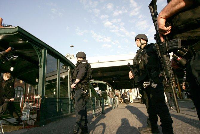 El 16 de abril policías patrullaban las calles y las estaciones de metro en varias ciudades. Estados Unidos declaró alerta máxima.