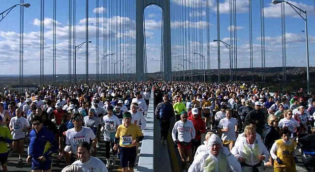 Cerca de 40 mil corredores toman la partida del Maratón de Nueva York todos los años en el Puente Verrazano de Staten Island, Nueva York.