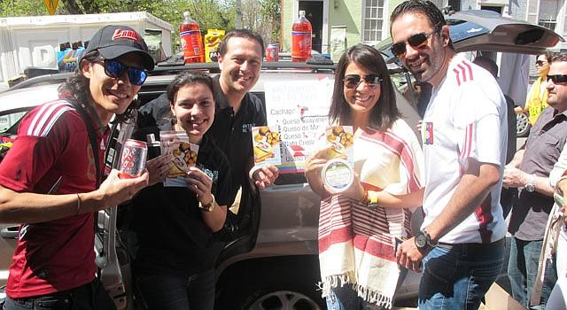 Gabriela Febres (2da. izq.) y Alí Arellano (centro), de Antojitos de tu País, junto a María Angélica Prado y otros compatriotas el domingo 14 de abril enfrente de la embajada de Venezuela en Washington, D.C.