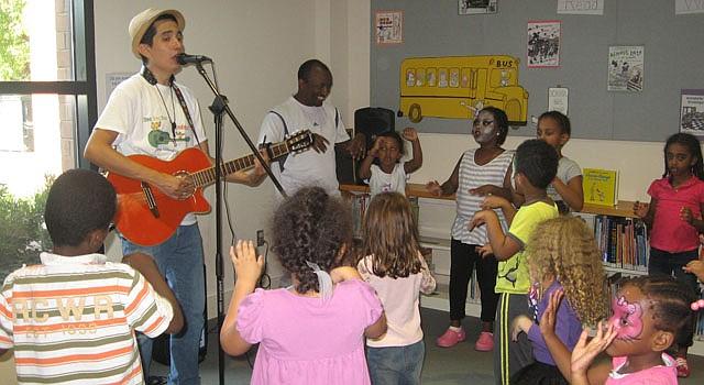 El músico colombiano Andrés Salguero comparte con los niños con juegos y su música de guitarra, saxofón y clarinete