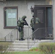 Agentes del cuerpo de elite SWAT revisan negocios y casas en la localidad de Watertown, en Boston. en busca del segundo sospechoso. La gente está siendo evacuada.
