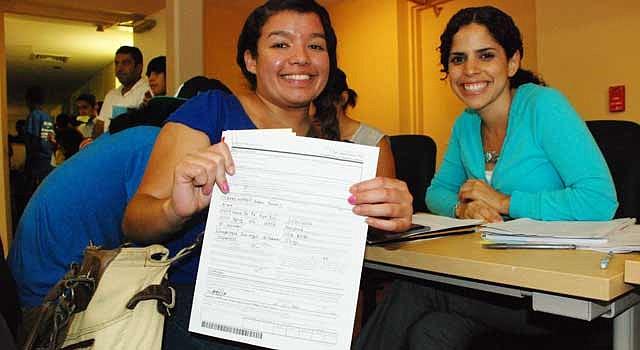 SOLICITA. Fátima Coreas (izq.) y la abogada Johana Torres, voluntaria de CASA de Maryland, en agosto de 2012.