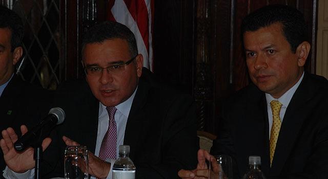 El presidente Mauricio Funes (izq.) junto al canciller Hugo Martínez el viernes 19 en Washington, DC.
