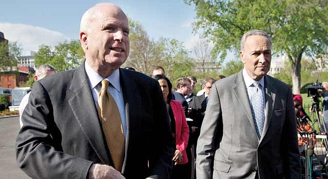 SENADORES. John McCain (izq) y Chuck Schumer, auspician el plan.