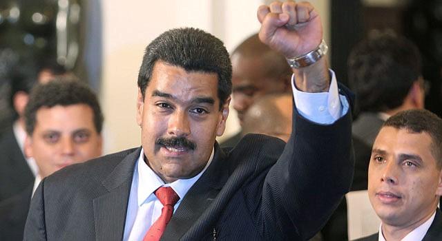 Nicolas Maduro, levanta el puño tras ser reconocido por la Union de Naciones Suramericanas (UNASUR), presidente electo de Venezuela el 19 de abril, en una reunión extraordinaria en Lima.