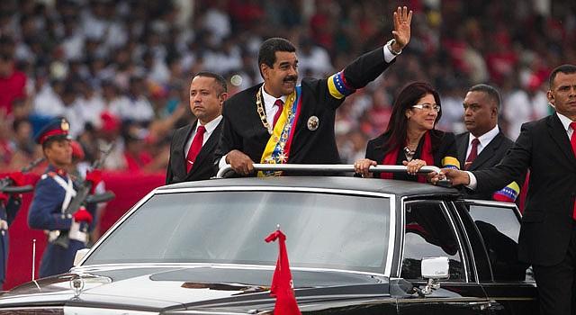 El nuevo mandatario venezolano, Nicolás Maduro (centro), arriba a un desfile militar con motivo del Día de la Independencia Nacional el viernes 19 de abril.