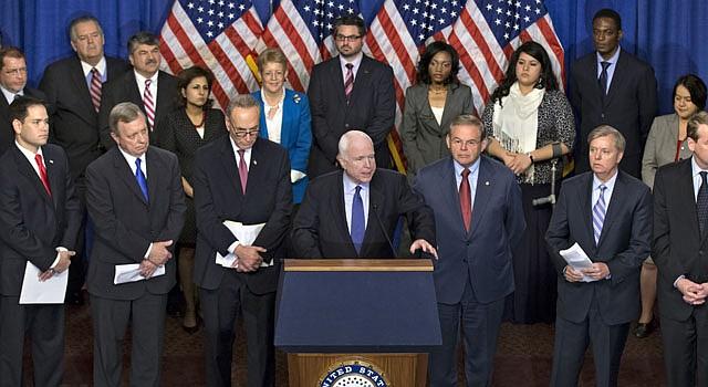 El senador John McCain, republicano de Arizona, al centro, habla de la iniciativa de reforma migratoria que han esbozado ocho de sus colegas, el jueves 18 de abril. En la primera fila de izquierda a derecha, los senador Marco Rubio, Richard Durbin, Charles Schumer, McCain, Robert Menendez, Lindsey Graham y Michael Bennet.