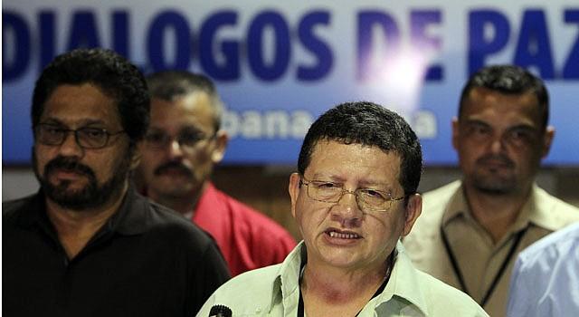 """El guerrillero de las Fuerzas Armadas Revolucionarias de Colombia (FARC) Jorge Torres Victoria (c), alias """"Pablo Catatumbo"""", lee un comunicado el martes 23 de marzo de 2013, en el Palacio de Convenciones de La Habana (Cuba). Las FARC opinaron que el presidente colombiano, Juan Manuel Santos, ha dejado un """"sabor a improvisación"""" y de """"echada para atrás"""" con su propuesta de una reelección para dos años."""