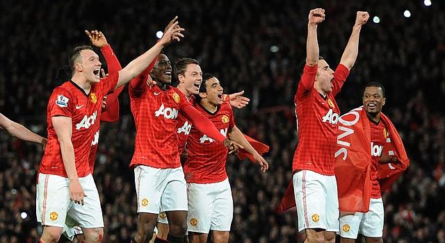 Jugadores del Manchester United celebran el título de la Liga Premier después de vencer 3-0 al Aston Villa el lunes 22 de abril, durante un partido en el estadio Old Trafford de Manchester.