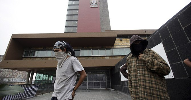 Rectoría de la UNAM sigue tomada por grupo de encapuchados