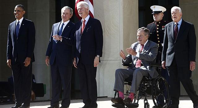 De izq. a der. el actual presidente Barack Obama, junto a los ex mandatarios, George W. Bush, Bill Clinton, George H.W. Bush y Jimmy Carter durante la ceremonia de inauguración de la biblioteca presidencial George W. Bush, en la Universidad Metodista del Sur, en Dallas, Texas el 25 de abril.