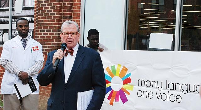 ANUNCIO. El concejal Jim Graham (al micrófono), el lunes 22, frente al CVS entre las calles 14 e Irving, en DC.