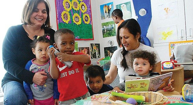 SALÓN. Las maestras, Margarita Semidey (izq.) y María Manzanares, el 22, en su clase compuesta por ocho niños.