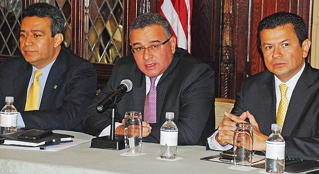 DC. El presidente de El Salvador Mauricio Funes (centro) junto al canciller Hugo Martínez (der.) y Alex Segovia.