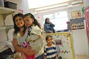 MADRE. Verónica Martínez sostiene a su niña Yamilet, de 2 años.